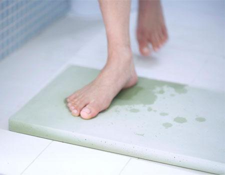 お風呂上がりの足裏サラリ! 吸水性バツグンの珪藻土マット