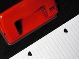 事務書類に、キュートなハート型のパンチ穴はいかが?
