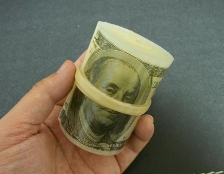 札束を燃やして、マフィア気分が味わえる「ドル札キャンドル」