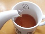 注ぎ口に差し込むだけ。ほうき状の茶こしが茶葉をキャッチ