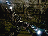 自転車の夜間走行をより安全に!真横から光を放つLEDグリップ