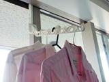 サッシや引き戸のミゾを利用して、洗濯物をラクラク部屋干し♪