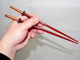 戦国武将や新撰組気分で食事ができる!?超リアルな「日本刀箸」
