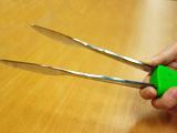 スプーンとフォークを挿すだけでトングができちゃうアイデア商品