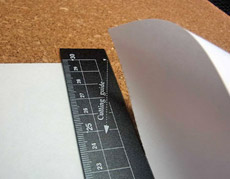 紙をスパッと。「切る」能力も備えた万能定規をデスクに
