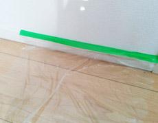 瞬時に床や壁を保護する、シート一体型の養生テープ