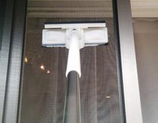 窓も網戸も手を濡らさずにサッと拭ける超便利なワイパー