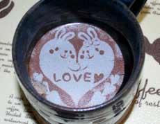 コーヒーに簡単お絵描き!? シートタイプの乗せるラテアート