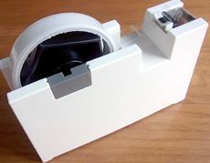 はがしやすい「つまみ」を自動生成する革命的テープカッター