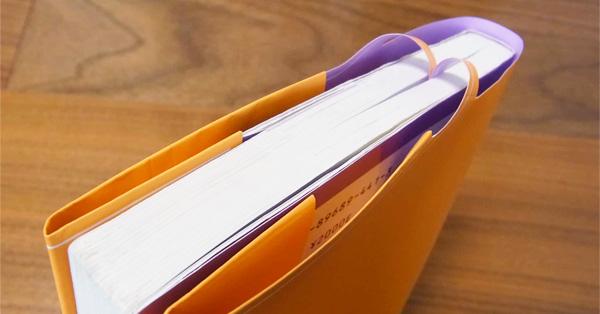 閉じたページに勝手にはさまる!? しおり一体型ブックカバー