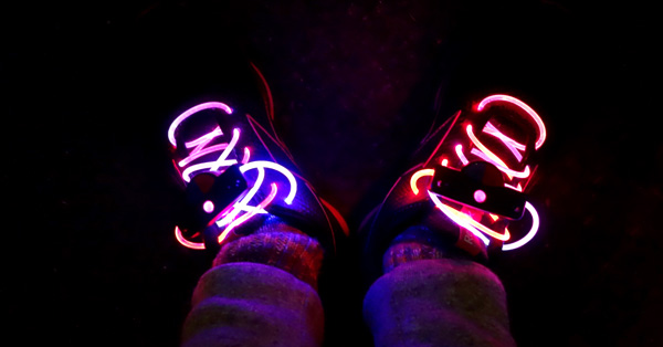 夜ランでお目立ち間違いなし。ピカピカ光るLED靴ひも