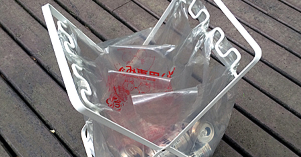ゴミ箱の新しい形。レジ袋をそのままかけられるスタンド