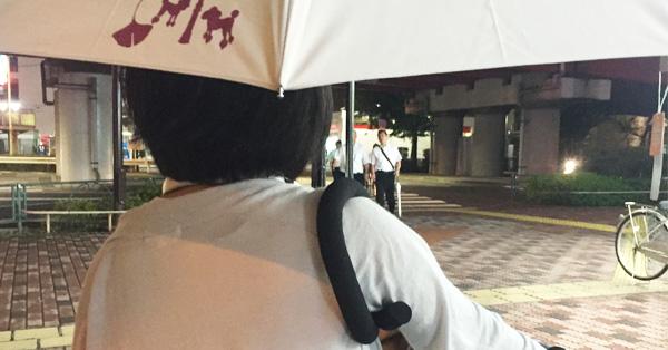 傘がついに進化した! 手ぶらで差せる新発想のアンブレラ