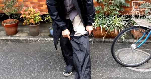 フル装備。足先まで守ってくれる最強の自転車用レインコート