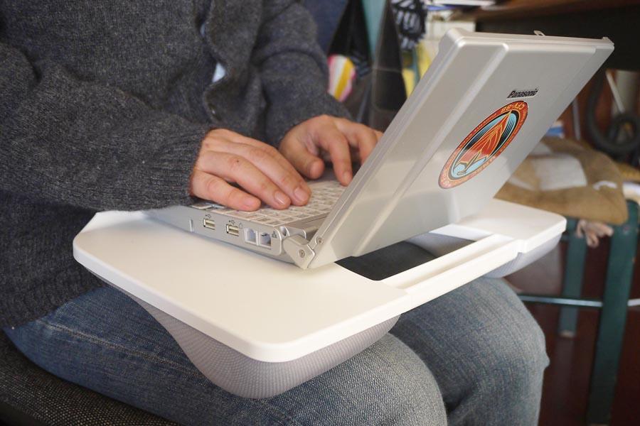 膝の上でのパソコン作業が劇的にラクになるテーブル発見!