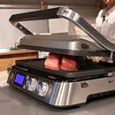 挟んで焼くと分厚い肉がウマイ! デロンギ「マルチグリル BBQ & コンタクトグリルプレート」