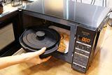 フライパンで焼いたような料理ができる容器付き「かんたん両面焼きレンジ」が手軽で便利そう!