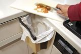 """まな板から直接ポイ! シンクの扉に""""ぶら下げられる""""折りたたみゴミ箱が超便利!"""