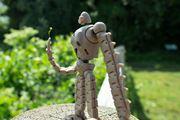 格納ポーズもできる「ロボット兵フル可動フィギュア」と「光る飛行石」で、あの名シーンを再現