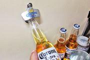 """壁掛け式の""""栓抜き""""を家に付けたら、ビールがもっとおいしくなった!"""