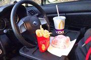 車内での食事にはコレ! ハンドルやシートに付けられるテーブル・ホルダー5選