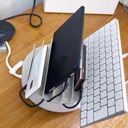 デジタル機器をスッキリ収納! マルチ充電トレイでデスクを片付けよう