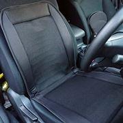 夏場の車内、熱いシートを冷やす「ファン付き座布団」の効果は!?