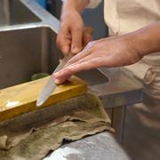 包丁の手入れはどうやるの? 「砥石」の選び方から料理人に教わった