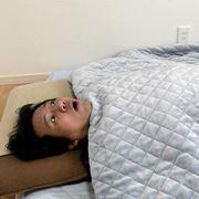 """""""布団は重いほうがよく眠れる""""ってホント? 寝比べると驚きの結果に!"""