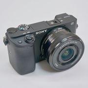 旅行で実践! コスパ優秀のミラーレスカメラ、ソニー「α6400」レビュー