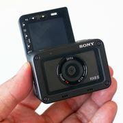ソニー「RX0 II」はチルト液晶で4K動画の本体内記録対応! 超小型デジカメがパワーアップ