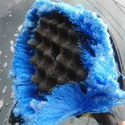 タワシとスポンジが合体した「クジラブラシ」で、洗車がはかどるはかどる!