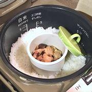いつもの炊飯器で米とおかずを同時調理!? 魔法のカップで自炊がラクに♪