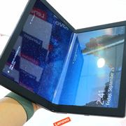 曲がって小さくなる! 折りたたみOLED搭載の「ThinkPad X1 Fold」実機でチェック