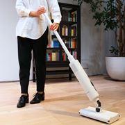 前後左右、自由に動かして掃除できる!浮いているかのように軽い操作性の「BALMUDA The Cleaner」