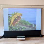 スクリーンが下から自動でせり上がる! 超短焦点プロジェクター用スクリーン「ケストレルテンションCLR」