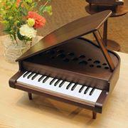 ハイグレードな知育楽器! 天然木の家具調「ミニグランドピアノ」がカワイのレギュラー商品に