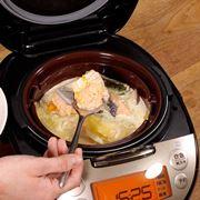 普通に炊飯するだけ! タイガーの炊飯器「tacook」で作る鮭と野菜のクリーム煮【動画】