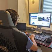 在宅勤務がゲーミングチェアで効率アップ。多機能でコスパもいい!