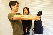 カバンを持ち上げ! 腹筋のために背中の筋肉を鍛える