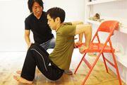 【Tシャツの似合う身体づくり2】立体感のある力強い腕へ導く逆腕立て伏せ