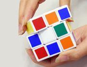6面とも色を揃えると中身を取り出せる、キューブ型の収納パズル