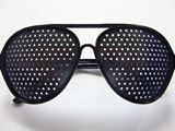 視力回復に効果的?「ピンホールメガネ」を調査隊員が試した!