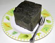四角くて黒い岩!? いやいやおいしいアイスシュー!