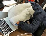 【これで勝てる】腕も顔も痺れない「デスクで爆睡」専用枕