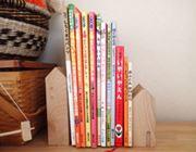 木のおうちに本が並ぶ。温もりオシャレなブックスタンド