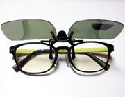 クリップで付けるだけ。手持ちのメガネがサングラスになるよ!