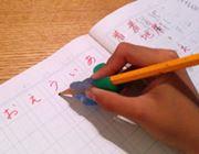 ガイドに合わせて鉛筆の持ち方を直す矯正グッズ