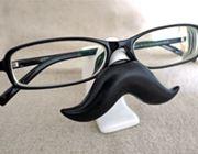 乗せるメガネで顔が変わる!? ヒゲ形メガネスタンド