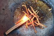 """ぬれても燃える。""""松やに""""を使った自然の着火剤がすごい!"""